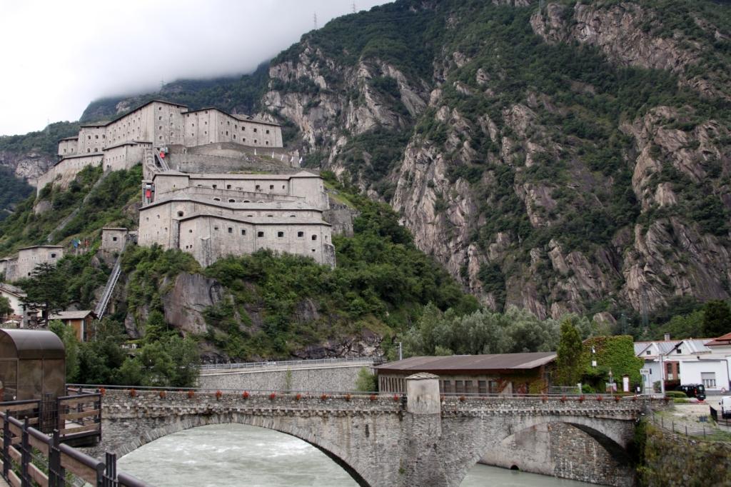 "Forte di Bard (Italia) - Coordenadas GPS: 45°36'44.6""N 7°44'40.0""E"