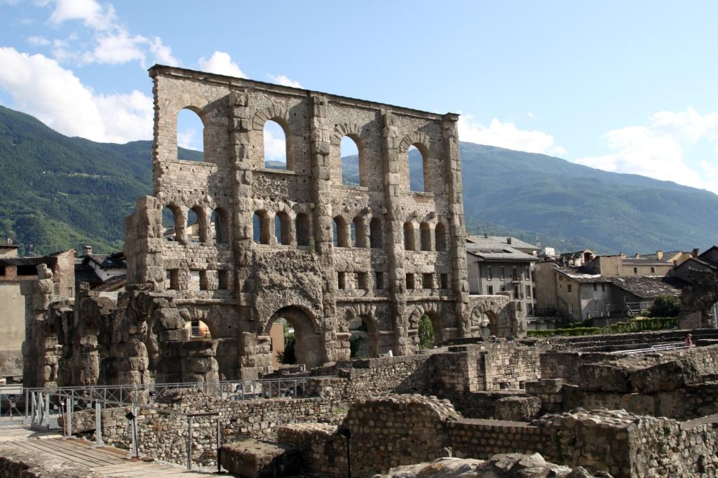 """Las Ruinas del Teatro Romano de Aosta (Italia) - Coordenadas GPS: 45°44'20.4""""N 7°19'19.2""""E"""