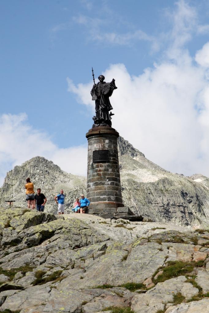 Estatua de San Bernardo en la subida al Puerto del Gran San Bernardo (Suiza)