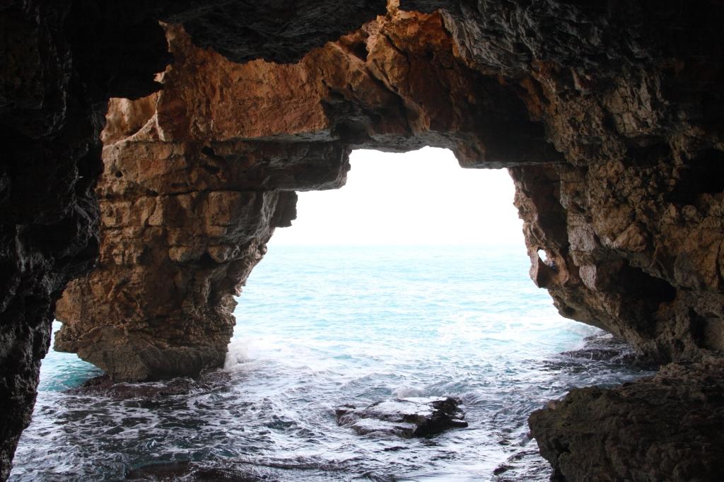 """Entrada a la cueva del Moraig - Coordenades GPS: 38°42'29.2""""N 0°09'58.9""""E"""