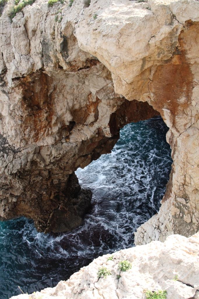 Entrada a la cueva del Moraig